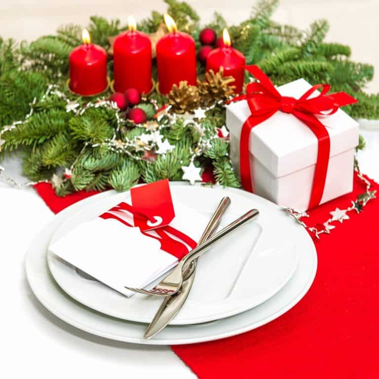 christmas table place setting decoration in red
